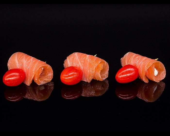 Рулетики с копченым лососем, сыром, помидором
